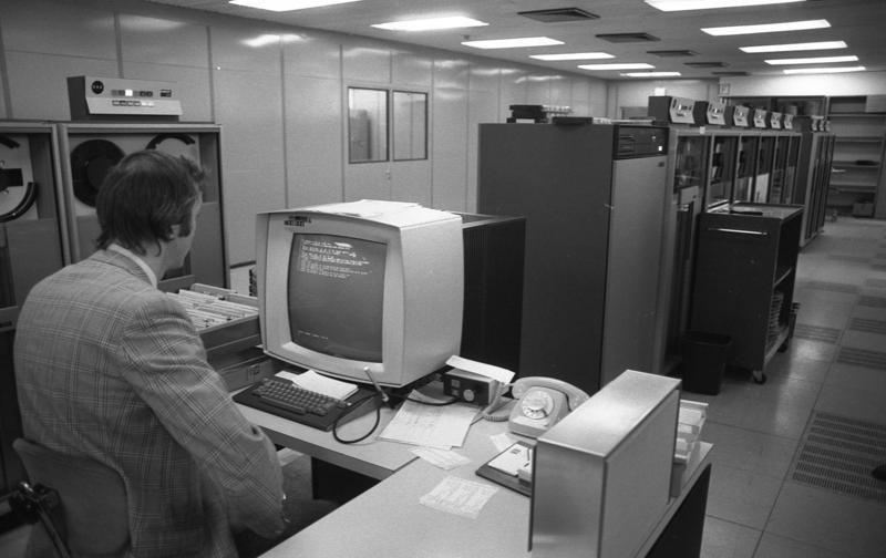 Menschen und Automaten bei der gemeinsamen Arbeit, Elektronische Datenverarbeitung mittels des IBM System/360 im VW-Werk Wolfsburg (1973).